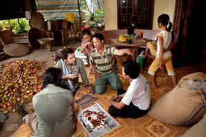 Samuel & Vincent inspect the cacao quality with grower / Samuel & Vincent tarkistavat kaakaon laatua yhdessä viljelijän kanssa