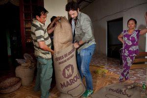 Putting cacao beans into sacks / Kaakaopapujen säkittämistä